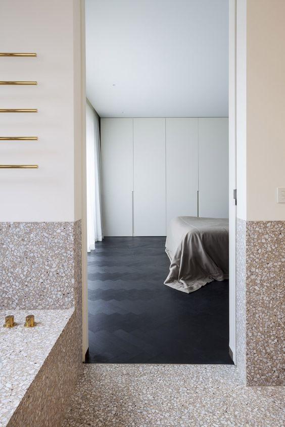 interieur-gouden kraanwerk-golden tabs-visgraat zwarte eik-herringbone parquet black oak-terrazo-white walls-witte muren-luxueus-villa