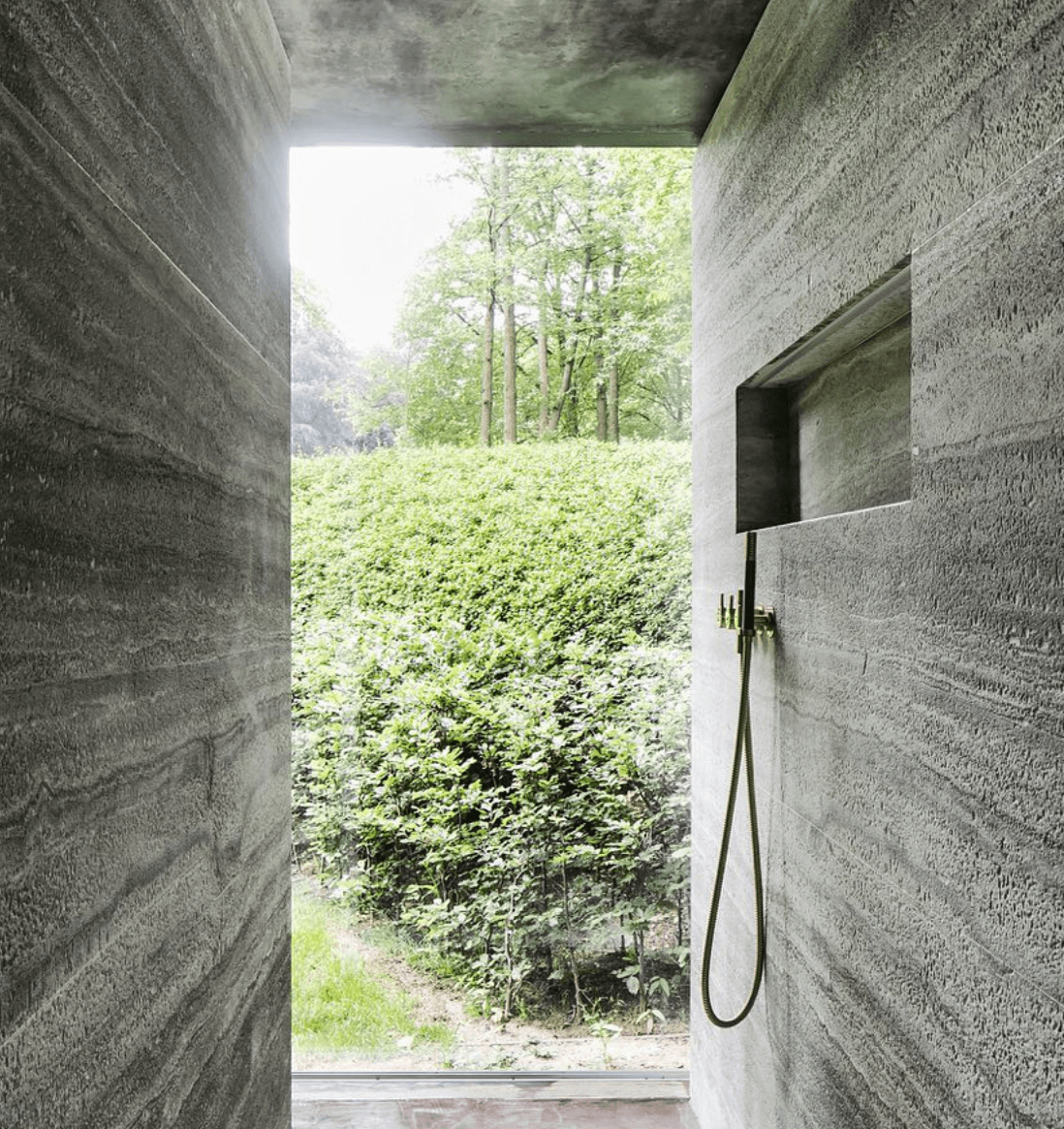 interieur-interior-douche-shower-buitendouche-outside shower-natuursteen-natural stone-zicht op tuin-view on garden-green-groen