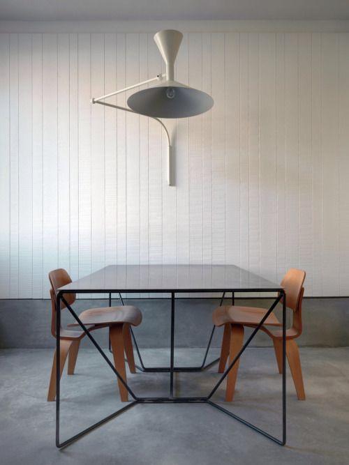 interieur-interior-eetkamer-dinging room-concrete floor-gepolierde beton vloer-plint beton-wand wit gebeitst hout zaagsnede-tafel aluminium frame natuursteen-houten stoelen
