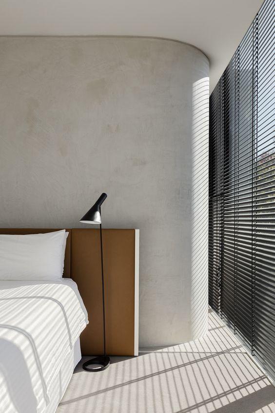 interieur-interior-house-slaapkamer-sleeping room-ronde muur-round wall-stucwerk grijs-beton-concrete floor- gepolierde beton lichtgrijs