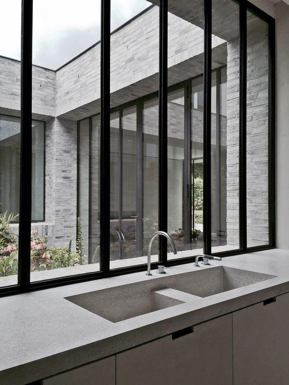interieur-interior-house-villa-zwart schrijnwerk-black joinery-witte baksteen-witte keuken-white kitchen-lichte eik-light oak-natuursteen-natural stone-patio-tuin-garden-bloemen-flowers