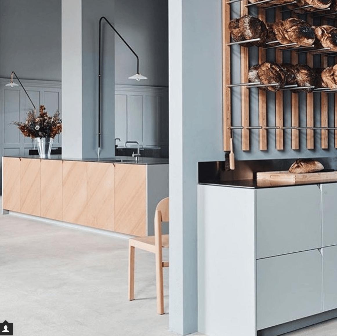 interieur-interior-lichtblauw-light blue-houten schrijnwerk-lichte eik-light oak-wooden joinery-keuken-kitchen-muller van severen
