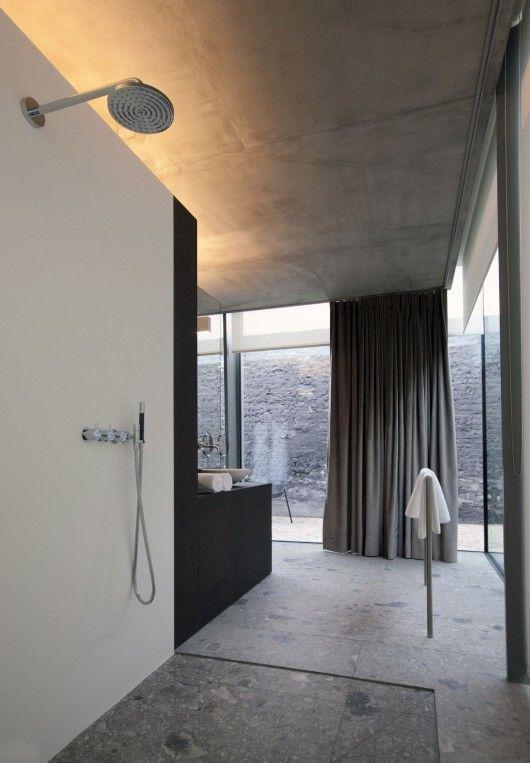 interieur-interior-villa-luxueus-badkamer-bathroom-inloopdouche-plafond beton-concrete ceiling-patio-dark oak-donkere eik-natuursteen-natural stone
