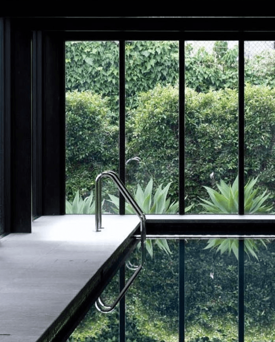 interior-interieur-zwembad-swimming pool-poolhouse-donker interieur-dark interior-tuin-garden-green-groen