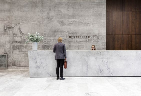 hotel-lobby-office-kantoor-concrete-beton-logo-hout-wood