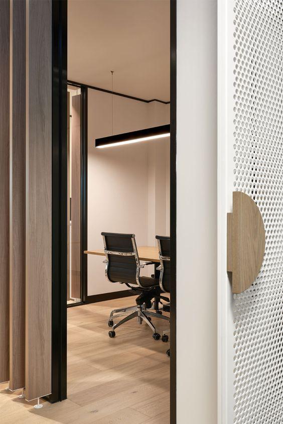 kantoor-office-desk-meeting room-vergaderzaal-detail deurgreep-strekmetaal-houten latten