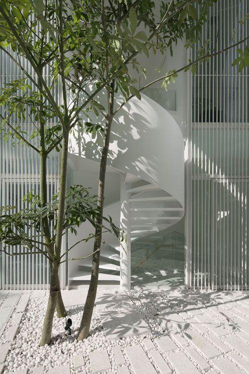 tuin-garden-minimal-white-meerstammige-spiltrap